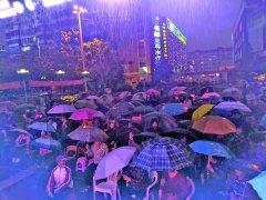 福建:鲤声剧团疫后首演 戏迷冒雨观看